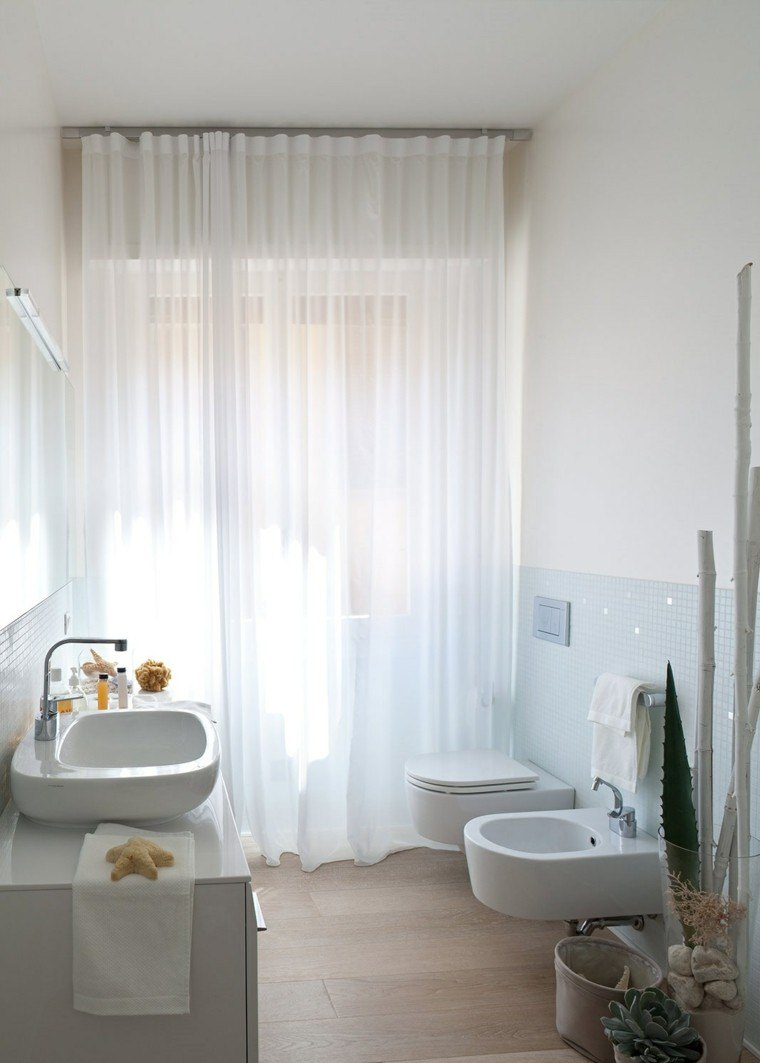 Ba os peque os 36 ideas para espacios estrechos for Decoracion de pared para banos pequenos