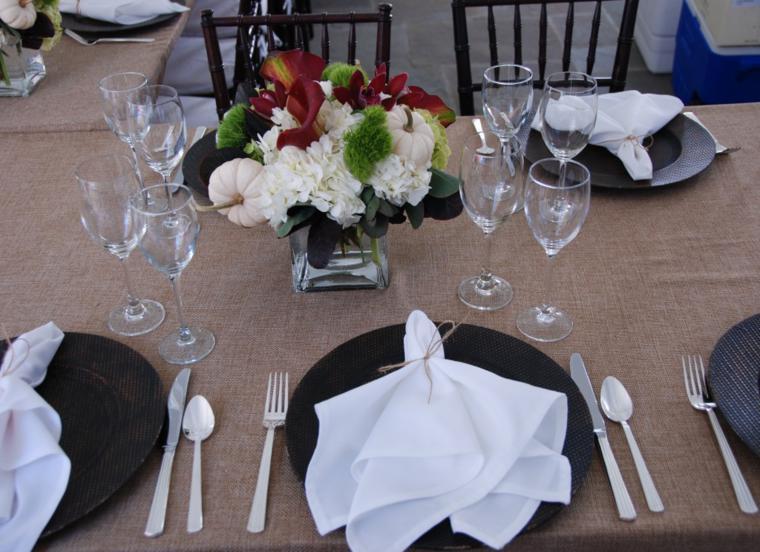 Arpillera para decorar la mesa 50 manteles r sticos for Como poner una mesa bonita
