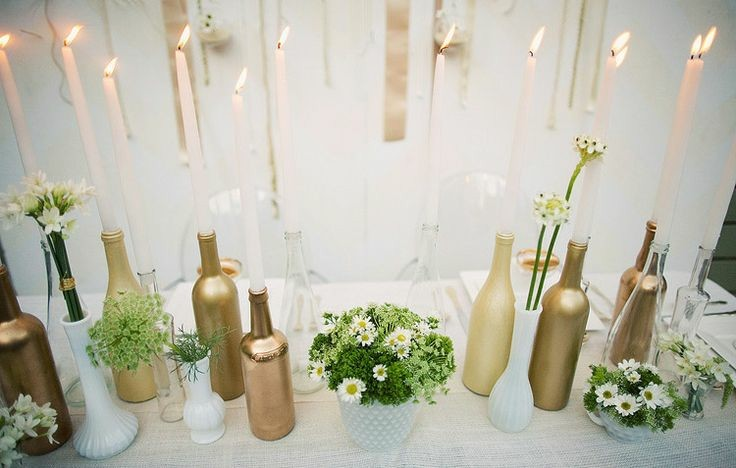 bonita decoracion con botellas mesa boda