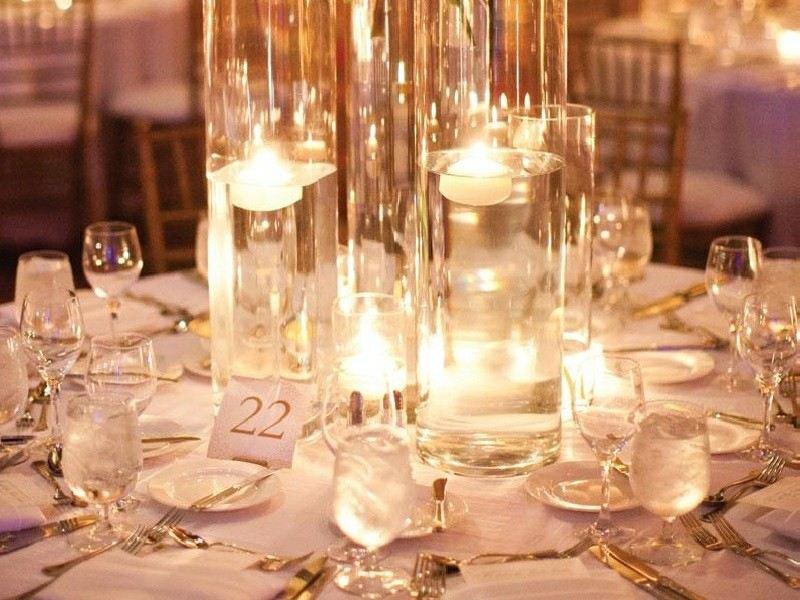Centro de mesa con uvas, velas y rodajas de limones