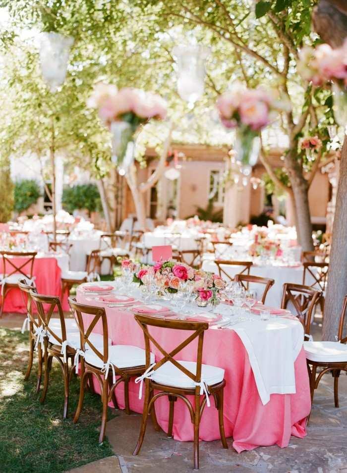 centros de mesa para bodas mantel rosa flores ideas