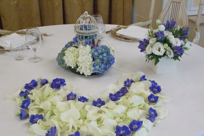 centros bodas flores blancas purpura ideas