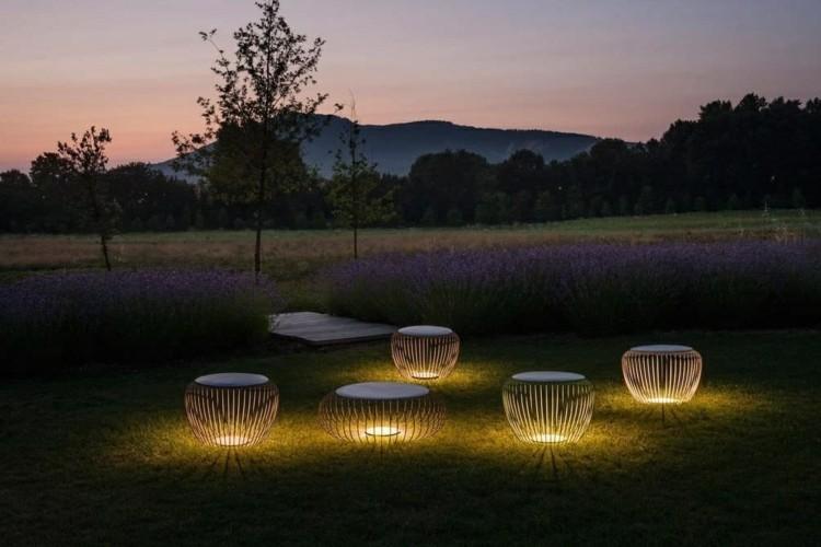 cesped alfombra sillas flores luces