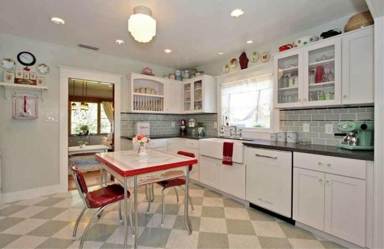 cocina urbana retro sillas rojas