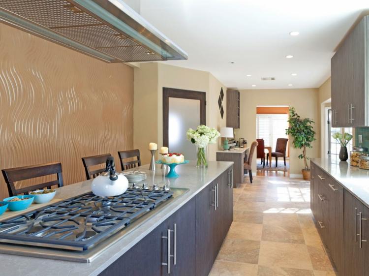 Cocinas con islas practicas y asientos de carácter.