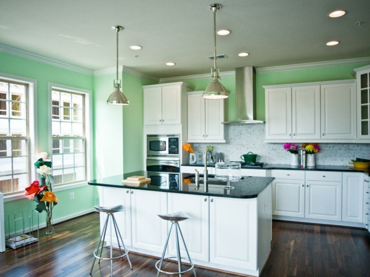 cocinas con islas practicas asientos metalicos verdes
