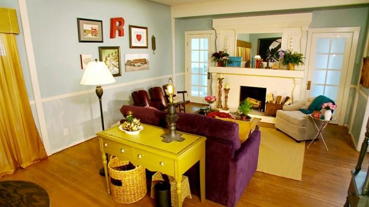 sofa purpura mesita amarilla salon colorido