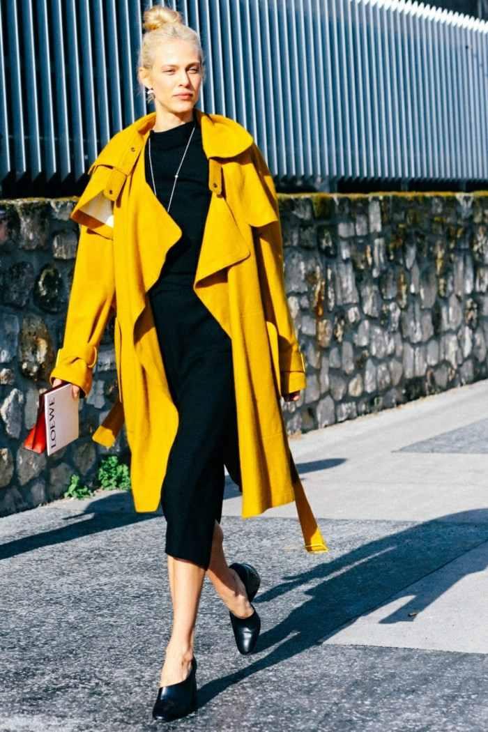 ropa invierno 2015 vestido negro abrigo amarillo ideas