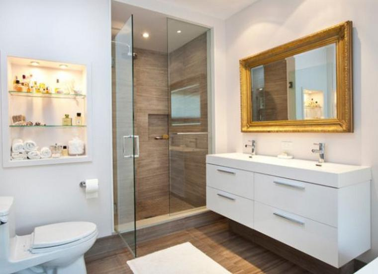 baño moderno espejo dorado