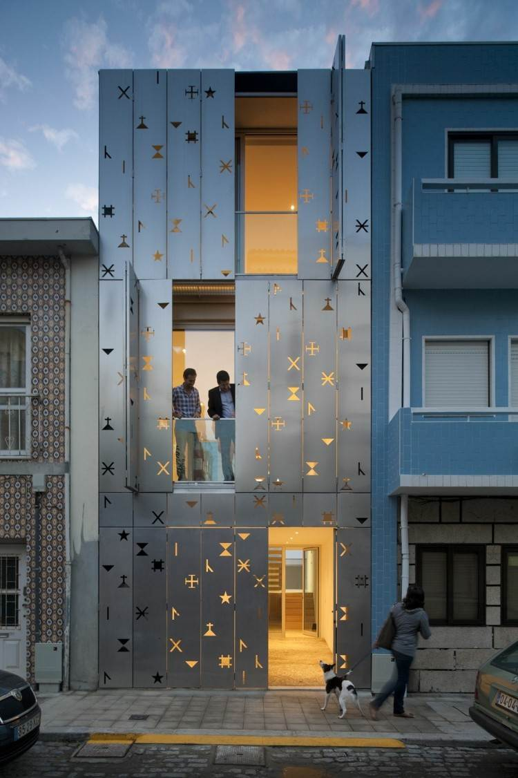 fachada chapa formas agujeros house 77