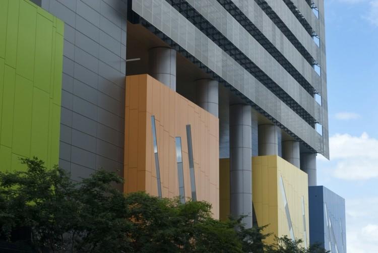 edificio moderno fachada colores varios