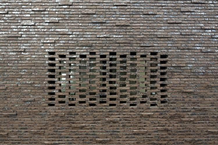 fachada ladrillo visto reja agujeros