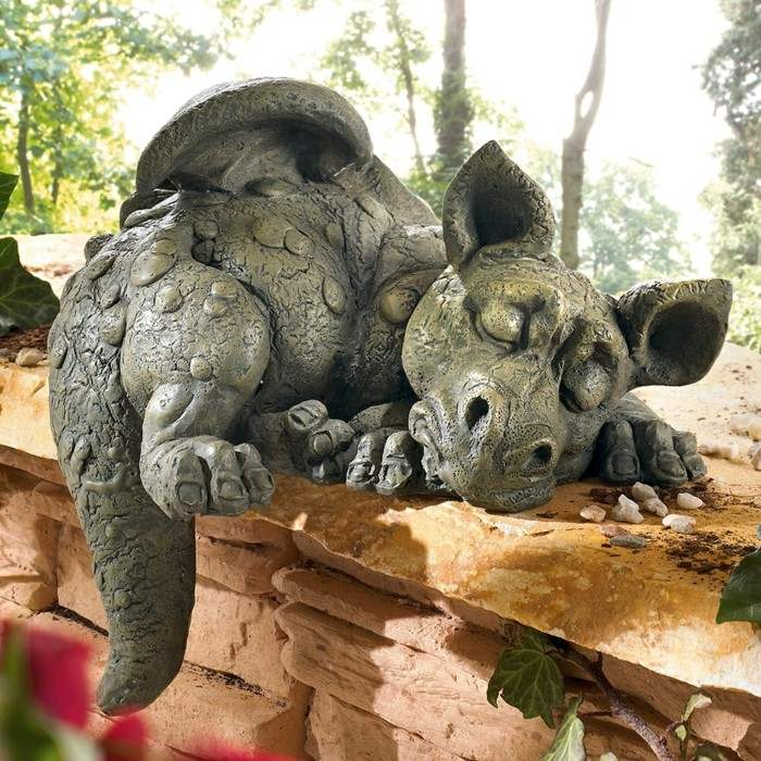 figura dragon dormido decorando jardin ideas