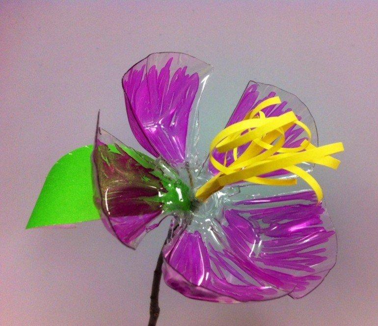 flor morada culo botellas plastico