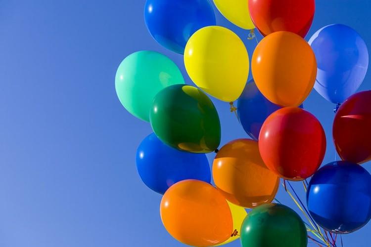 globos de cumpleaños cielo naranja azules