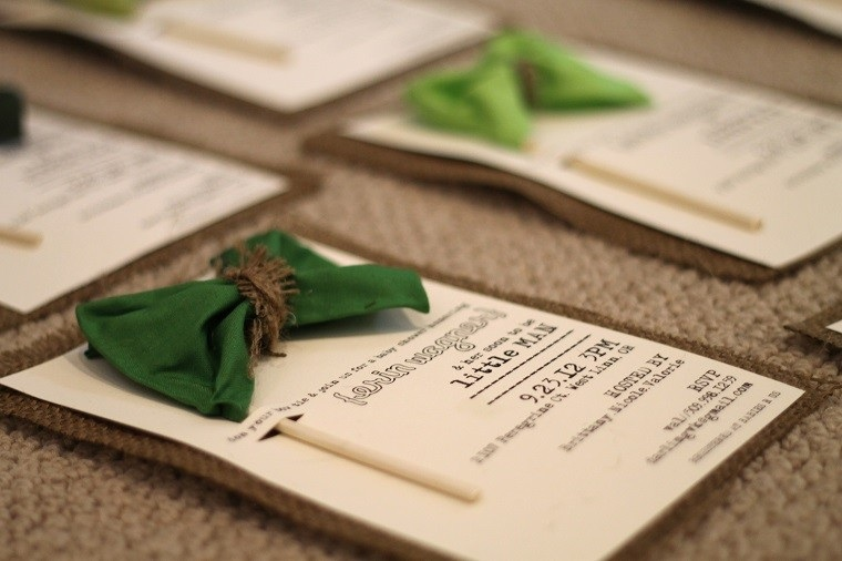 invitaciones de cumpleaños lazos verdes arpillera ideas