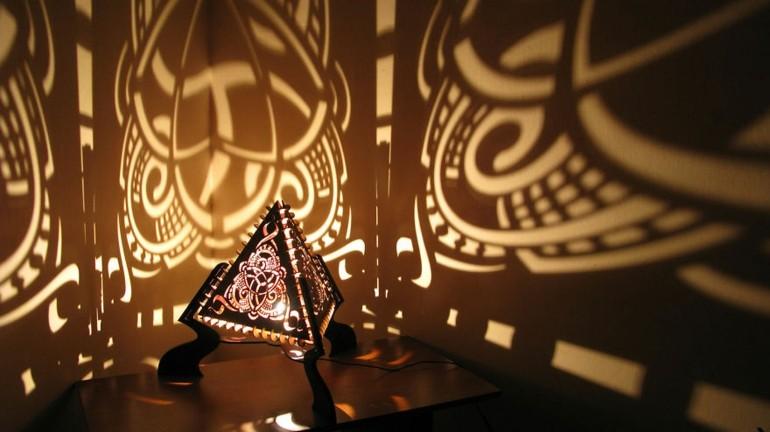 lamparas de mesilla forma piramide