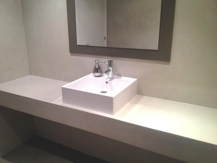microcemento baños decorado blanco espejo