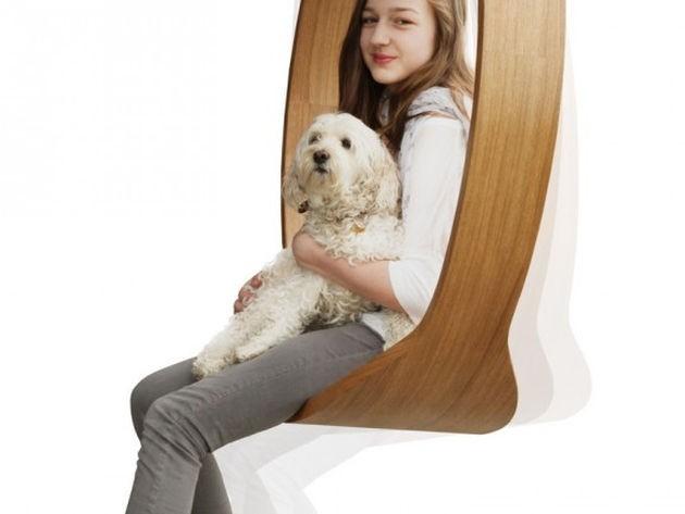 niña sentada madera forma redornda