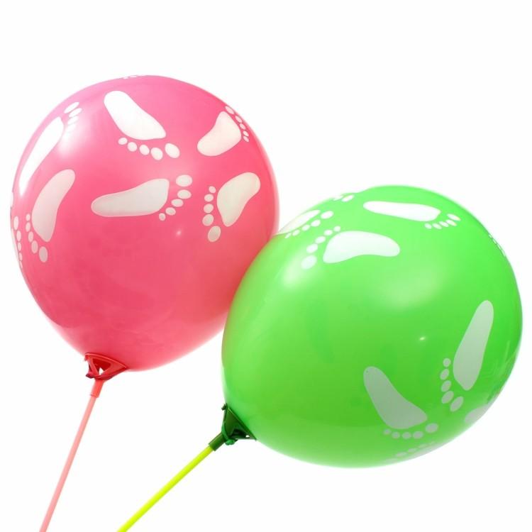 originales globos huellas pies blancas