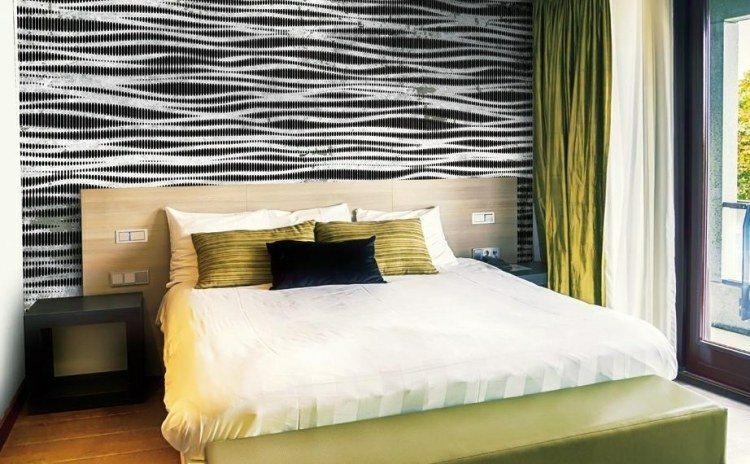 papel de pared diseño mesas laterales cortinas