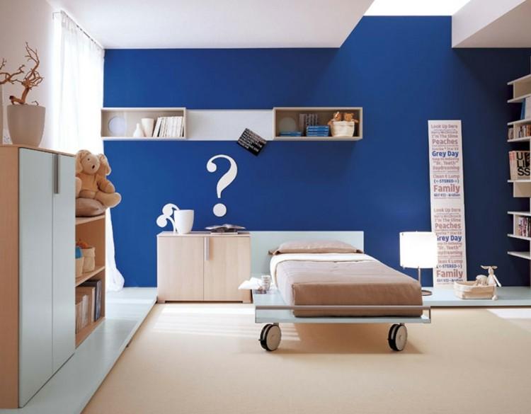 paredes azul combinado diseños plateados juguetes