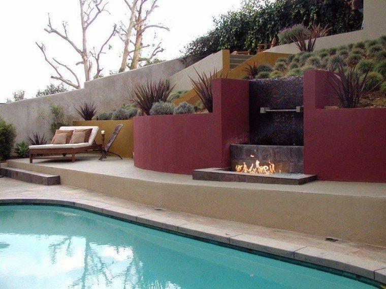 piscina sillas troncos metales cascada
