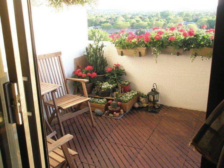 suelos de madera exterior balcon sillas madera flores ideas