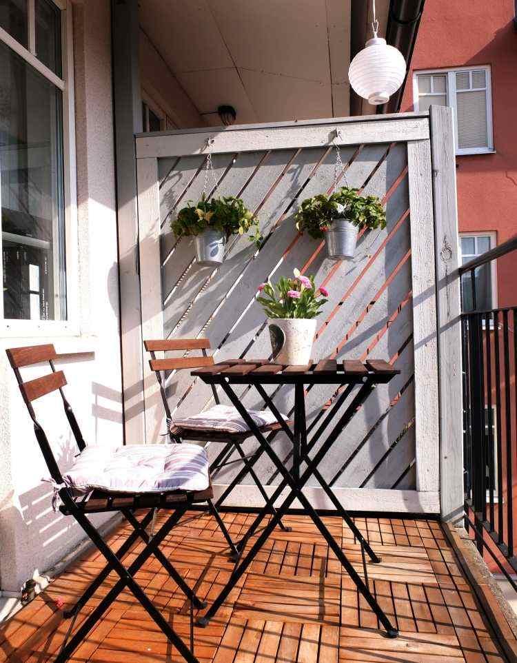 suelos de madera exterior balcon sillas mesa metal ideas