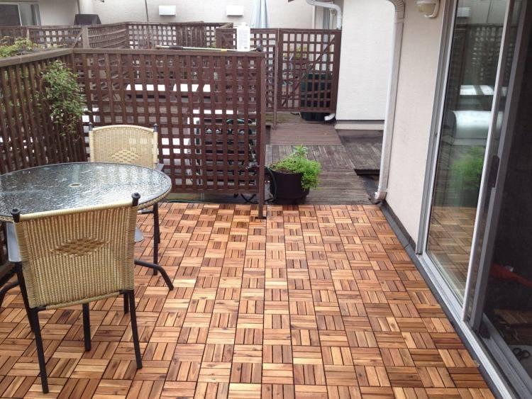 suelos madera exterior balcon sillas rattan ideas
