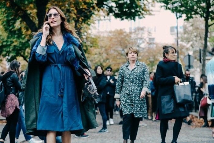 vestido azul abrigo verde invierno moda ideas