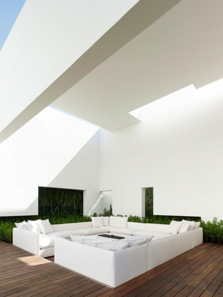 Miguel Angel Aragonés jardin suelo madera sofas blancas ideas