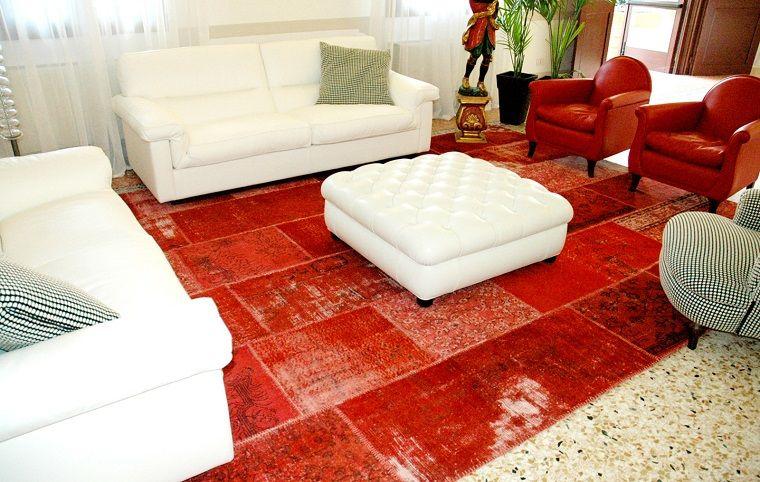 alfombra moderna roja muebles blancos ideas