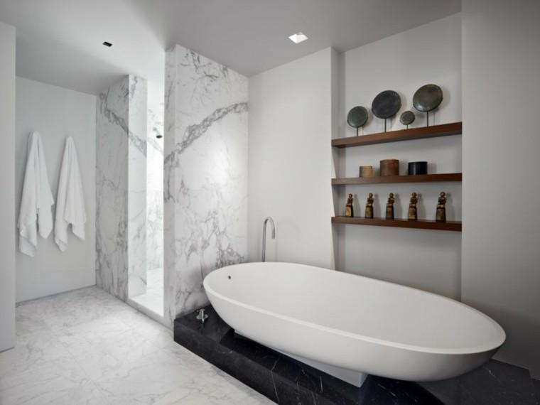 Baños Con Ducha Separada: separadas que muestran una decoración con dos tipos de mármoles