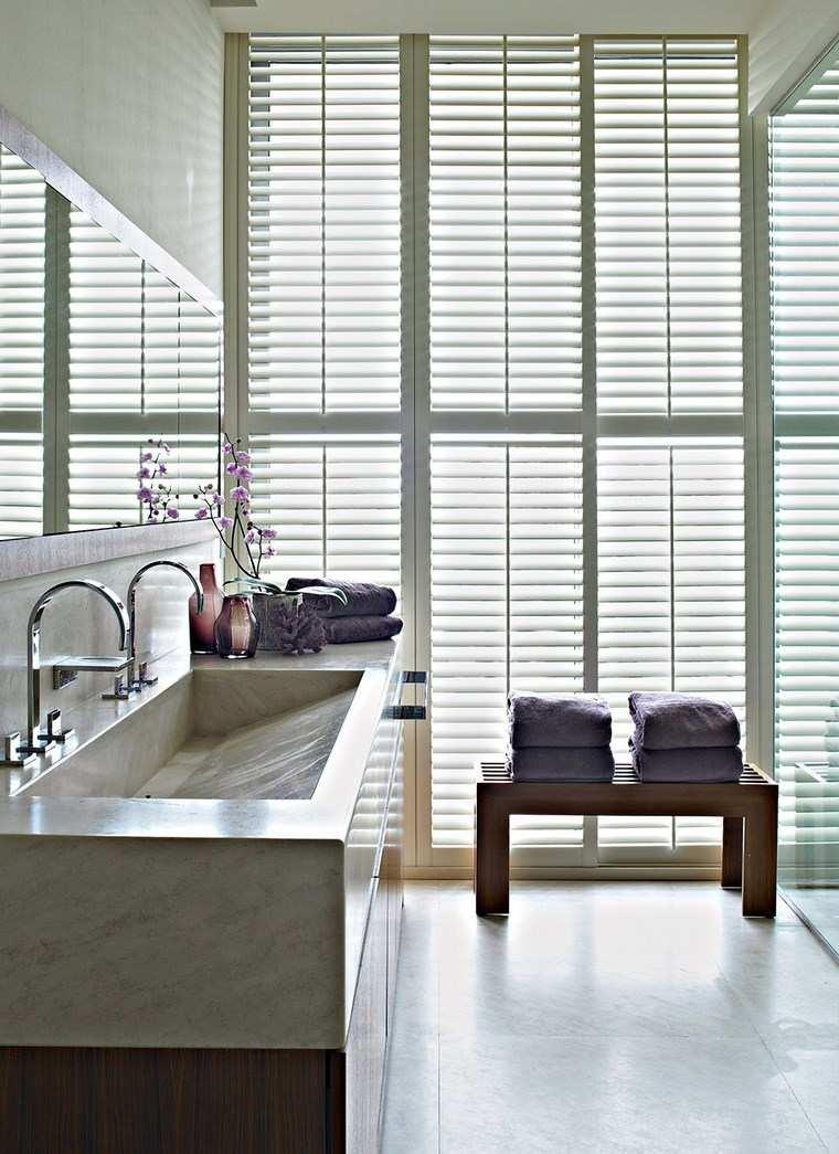 baño diseños banco madera ventanales ideas