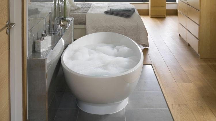 blanco baño pequeño puertas ladrillos hormigon