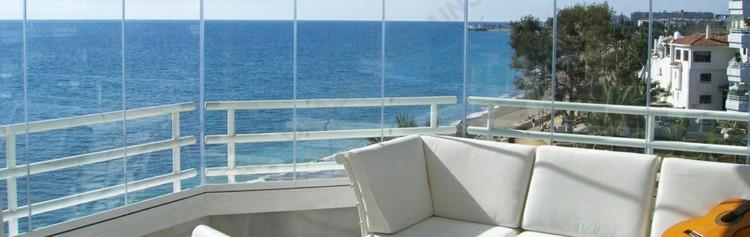 bonita terraza moderna acristalada guiitarra