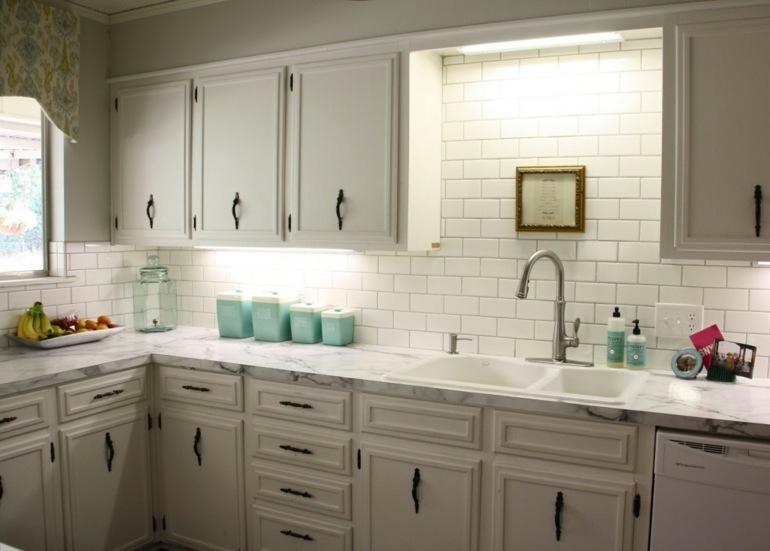 muebles retro azulejos blancos