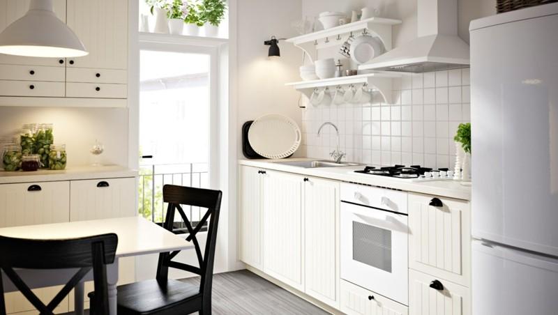 cocina blanca sillas negras