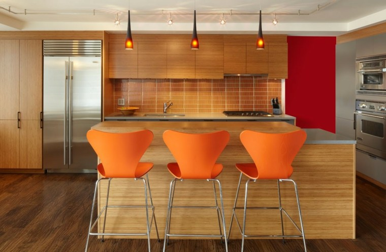 cocina diseño moderno isla madera sillas naranja ideas