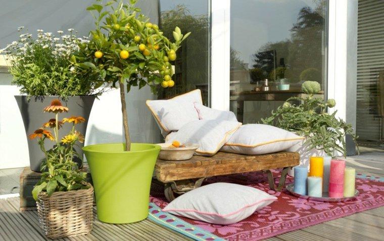 cojines blancos jardin moderno