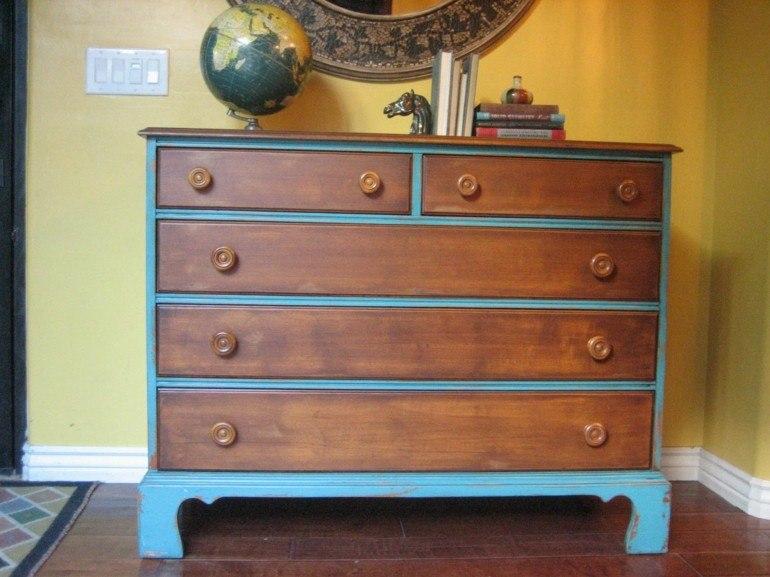 cómoda de madera pintada azul