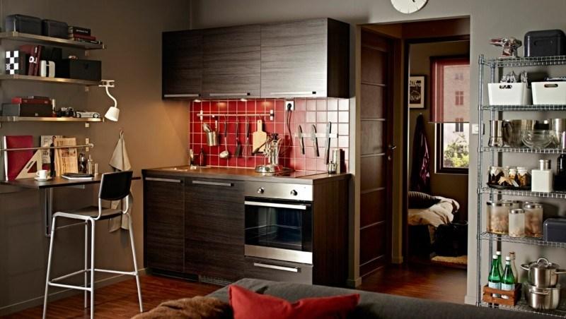 cocina madera laminada azulejos rojos