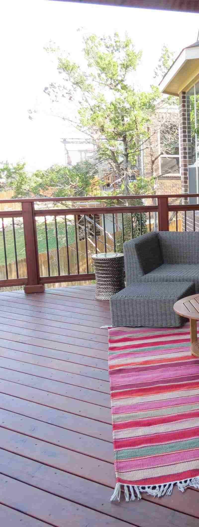 terraza madera alfombra rayas