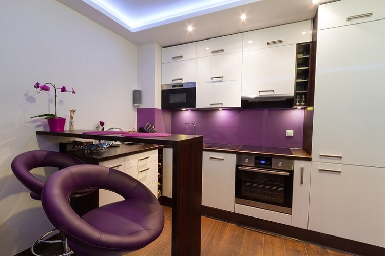decoracion cocinas pequenas toques purpura ideas