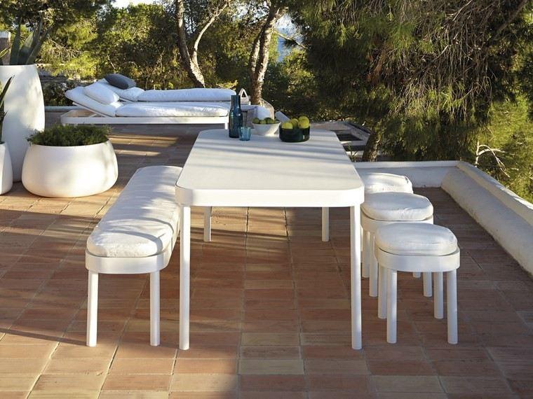 decoracion terrazas mesa bancos blancos ideas
