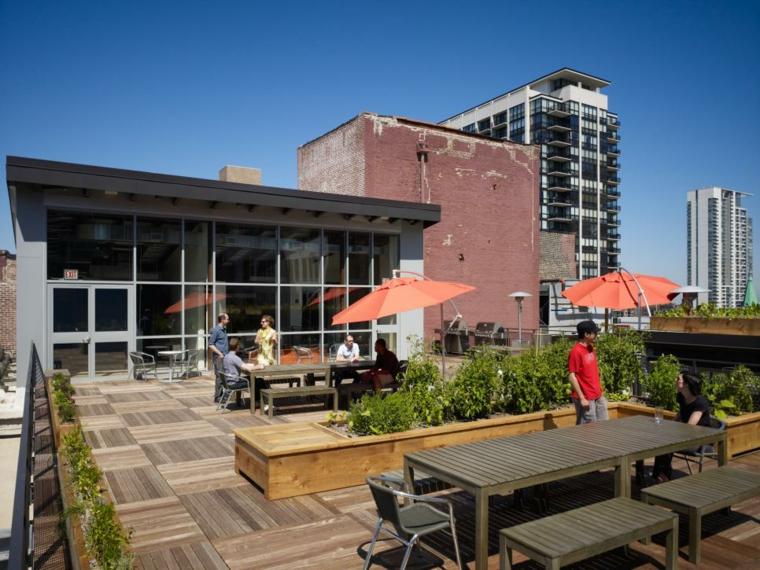 decorar terrazas urbanas soluciones jardineras sombrilla rojo
