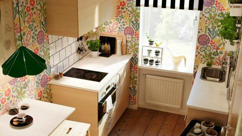 diseño cocina pequeña pared floreada