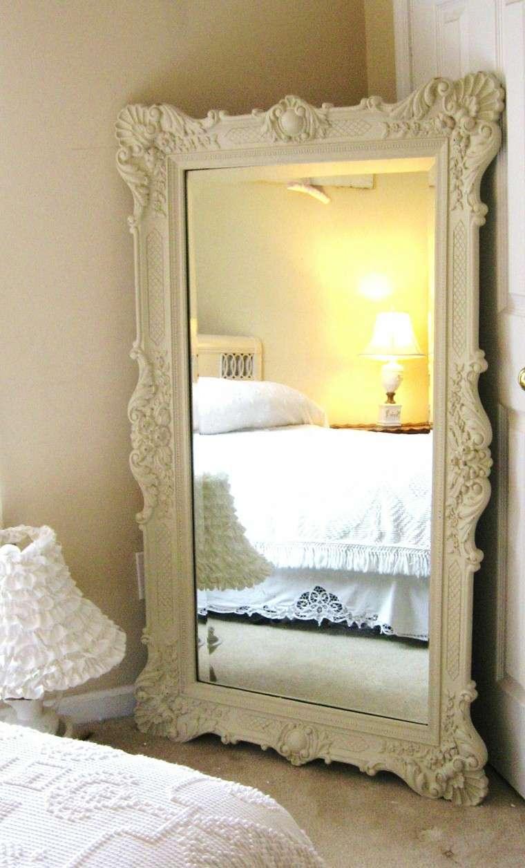 espejo retro de color beige