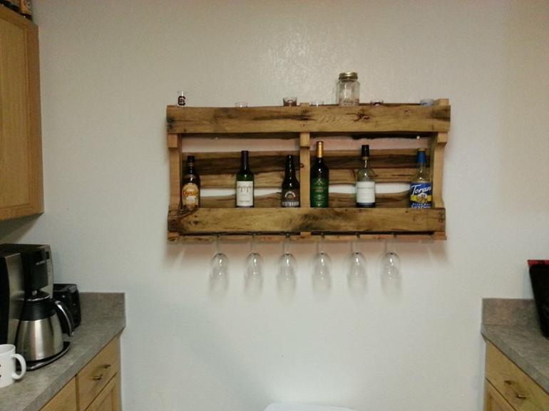 estante cocina botellas copas vino